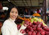 Beautiful asian woman smiling holding apples in hand — Stock Photo