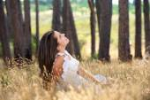 Young woman smiling in a countryside meadow — Stock Photo