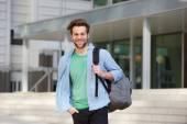 Estudante alegre, do lado de fora com as costas — Fotografia Stock