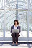 Mujer de negocios sentado afuera usando laptop — Foto de Stock