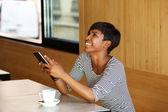 Giovane donna afro-americana che ride con il telefono mobile — Foto Stock
