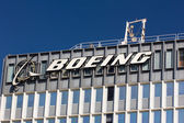 Boeing Manufacturing Facility and Logo — 图库照片