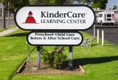 KinderCare Learning Center Sign and Exterior — Stock Photo
