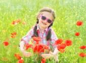 Kırmızı çiçek haşhaş çayır kızım — Stok fotoğraf