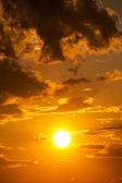 Heldere zonsondergang foto als achtergrond — Stockfoto