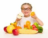 Petite fille avec des fruits et légumes — Photo