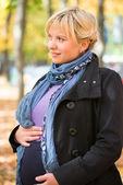 Kobieta w ciąży w parku jesień — Zdjęcie stockowe