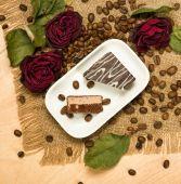 Kırmızı gül ve kurabiye kahve tohumları kuru — Stok fotoğraf