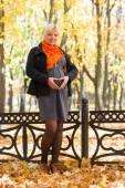 Schwangere frau im herbst-park — Stockfoto