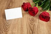 Red rose flower on wood — ストック写真