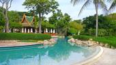 Swimming pool at luxury resort — Stock Photo