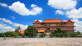 Chinese Buddhist monastery with blue sky — Stock Photo
