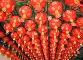 Lanternes traditionnelles suspendus sur temple chinois — Photo