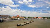 货物船航行在湄南河上 — 图库照片