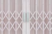 розовый металлическая решетка раздвижная дверь с алюминиевой ручкой — Стоковое фото