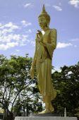 Statue dorée de bouddha dans un temple bouddhiste — Photo
