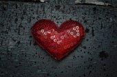 Red heart shape on wood background ingrungy dark tyle — Fotografia Stock