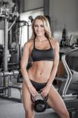 Young woman holding kettlebell — Foto Stock