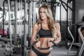 Workout with olympic curl bar — Stock Photo