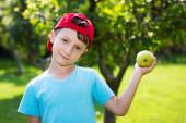 μικρό αγόρι στο καπάκι με νωπά apple — 图库照片