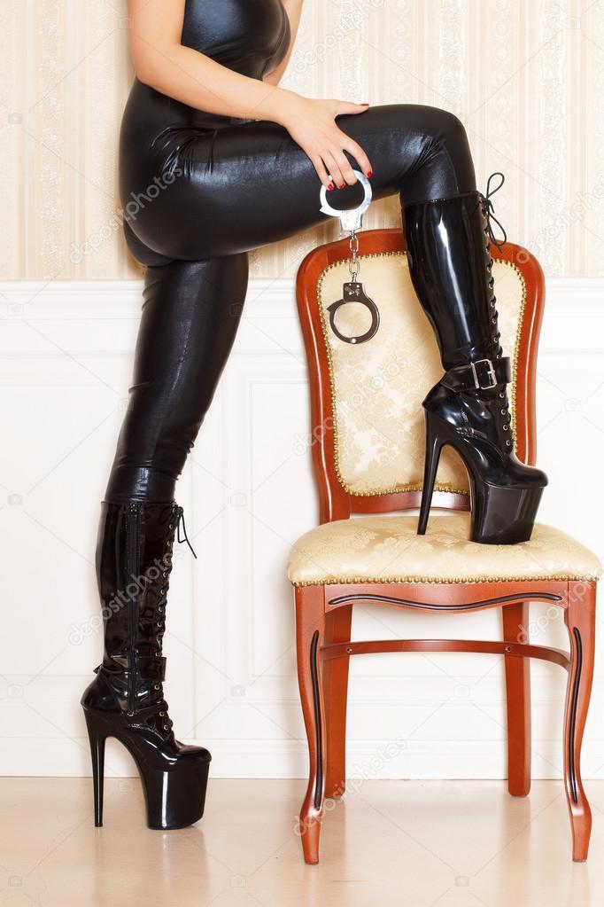 порно фото госпожа в высоких лаковых ботфортах
