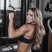 Sexy bodybuilder pulldown practice in gym — Foto de Stock