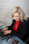 Blonde businesswoman working on laptop — Foto Stock
