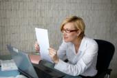 Blonde geschäftsfrau lesen schreiben — Stockfoto