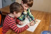 Ragazzini facendo i compiti di matematica — Foto Stock