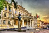 Statue of Jonas Zemaitis in front of Ministry of National Defenc — Stock Photo