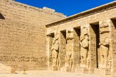 Ancient egyptian statues in the mortuary Temple of Ramses III — Stock Photo