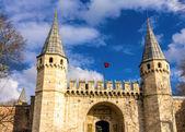 Utfärda utegångsförbud för av hälsning (mellersta porten) av Topkapi Palace i Istanbul — Stockfoto