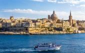 Passenger boat passing Marsamxett Harbour in Malta — Stock Photo