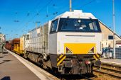 Diesel locomotive hauling a freight train at Besancon station - — Stock Photo