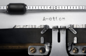 """Auction"" written on an old typewriter — Foto de Stock"