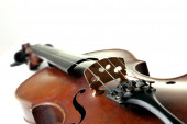 Old scratched violin on white background — Stock fotografie
