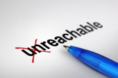 Changing the meaning of word. Unreachable into Reachable. — Stockfoto