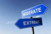 Moderate and Extreme directions.  Opposite traffic sign. — Stock Photo