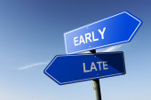 Early and Late directions.  Opposite traffic sign. — Stock Photo