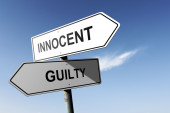 Innocent and Guilty directions.  Opposite traffic sign. — Stock Photo