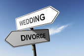 Wedding and Divorce directions.  Opposite traffic sign. — Stock Photo