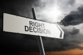 Right Decision direction. Traffic sign with cloudy sky in the background. — Stockfoto
