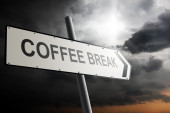 Coffee break direction. Traffic sign with cloudy sky in the background. — Stockfoto