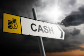 Cash direction. Traffic sign with cloudy sky in the background. — Foto de Stock