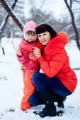 Young mother and her little daughter enjoying beautiful winter d — Photo
