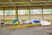 Lätta segelflygplan stationerade i en stor hangar — Stockfoto