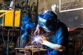 Welder in the workshop — Foto de Stock