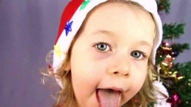 Glad liten tjej i santa hatt — Stockvideo