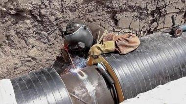 Svetsare svetsning rörledningen i dike — Stockvideo