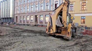 Excavator transports gravel — Stock Video